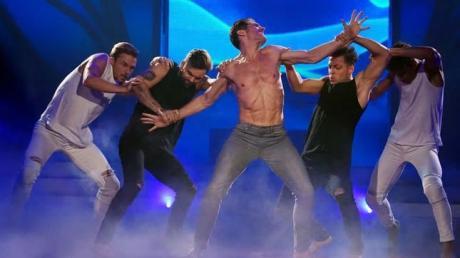 """Profitänzer Christian Polanc (Mitte) bei seiner Performance in der Show """"Let's Dance - Die große Profichallenge"""" auf RTL."""