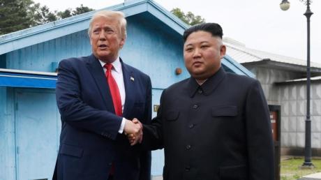 US-Präsident Donald Trump und Nordkoreas Machthaber Kim Jong Un bei ihrem Handschlag in der entmilitarisierten Zone.