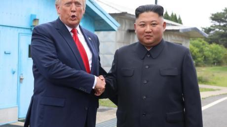 Der US-Präsident und Nordkoreas Machthaber bei ihrem Spontantreffen in Panmunjom.