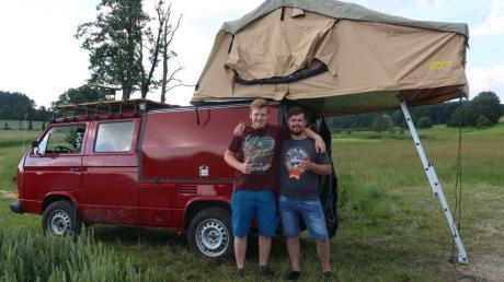 Manuel Bündgen (links) und sein Freund Andreas Dold (rechts) bauen in ihren VW unter anderem eine Dusche ein.