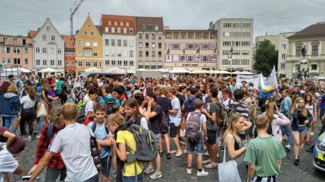 Demo für mehr Klimaschutz: Die Schüler starteten auf dem Rathausplatz.