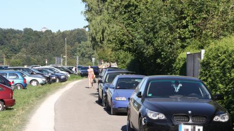 Die Zufahrt zum Friedberger See ist seit Jahren einer Brennpunkte an den Badeseen: Oft wird die Straße, die für Rettungsfahrzeuge frei bleiben muss, trotzdem zugeparkt.