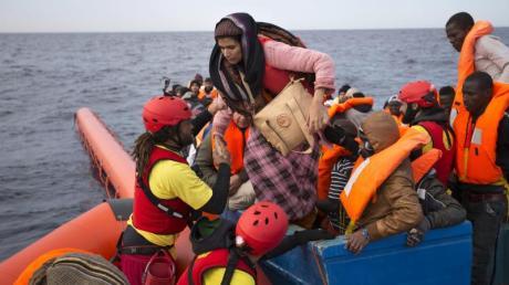 Flüchtlinge werden nördlich der libyschen Stadt Sabratha aus einem Schlauchboot gerettet. Ihnen droht oft der Rücktransport in das Bürgerkriegsland. Foto: Emilio Morenatti/AP