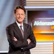 """Moderator Rudi Cerne stellt die Fälle bei """"Aktenzeichen XY... ungelöst"""" vor."""