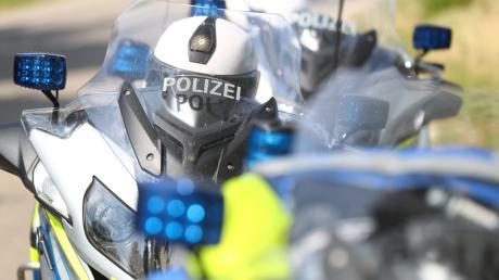 Ein Mann ging bei Rotlicht über die Ampel - vor den Augen eines Motorradpolizisten.