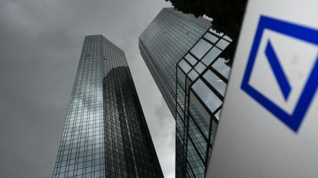Dunkle Wolken sind über der Zentrale der Deutschen Bank aufgezogen. Foto: Arne Dedert/Illustration