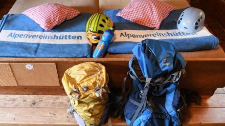 Auf dem Kreuzeckhaus im Wettersteingebirge sind Decken nun hellblau statt braun. Denn Bettwanzen lassen sich darauf besser erkennen.