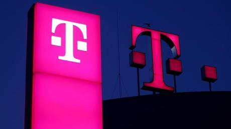 """Die Geister, die sie rief: Die Telekom fürchtet um das Liebesleben junger Kunden - und liefert mit der """"Love Magenta""""-Unterwäsche eine App-basierte Lösung für intime Stunden."""