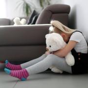 Weil Kinder wegen geschlossener Schulen und Vereine derzeit weniger Kontakt zu anderen Menschen haben, fällt es seltener auf, wenn sie zu Hause Gewalt erfahren.