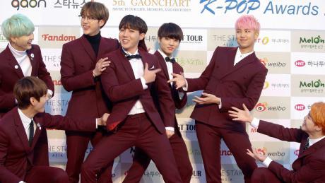 Die südkoreanische Boygroup «Bangtan Boys» (kurz: BTS) posiert auf dem roten Teppich.