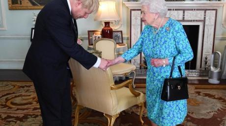 Tiefe Verbeugung: Königin Elizabeth II. begrüßt Boris Johnson, den neuen Chef der Konservativen Partei und designierten Premierministe,r im Buckingham-Palast. Foto:Victoria Jones/PA Wire
