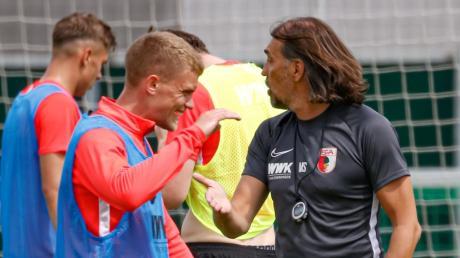 Fast sieht es so aus, als ob Philipp Max mit Trainer Martin Schmidt abklatscht - ist aber eine optische Täuschung, die unser Fotograf so eingefangen hat.