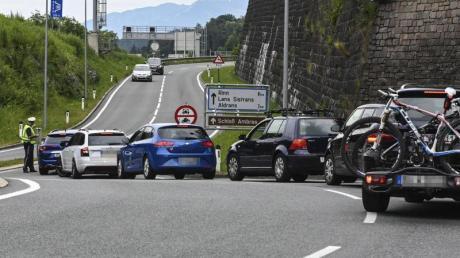 Hier geht es nicht weiter:Die neuen Fahrverbote auf Ausweichstrecken durch Tiroler Ortschaften haben den Anwohnern Entlastung gebracht.