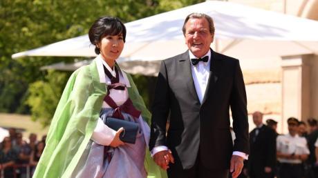 Altbundeskanzler Gerhard Schröder und seine Frau Soyeon Schröder-Kim bei den Bayreuther Festspielen 2019.