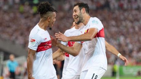 Euphorie beim VfB: Stuttgarts Regisseur Daniel Didavi jubelt nach seinem Freistoßtor mit Offensivkollege Hamadi Al Ghaddioui.