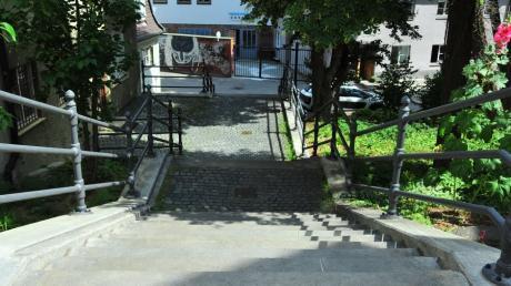 In Augsburg ist eine 63 Jahre alte Frau von einem Mann die Treppe am Mauerberg hinunter gestoßen worden.