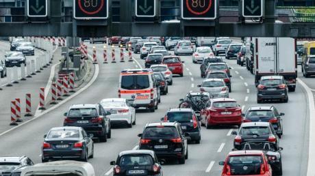 Der Ferien- und Wochenendverkehr Richtung Süden staut sich auf der Autobahn 7 vor dem Elbtunnel.