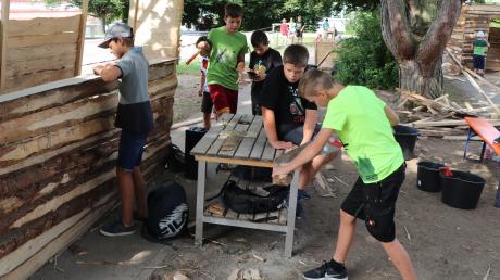 Auf dem sogenannten Bauspielplatz beim Ferienspaß in Buch bauten die Kinder ihre eigenen Hütten.
