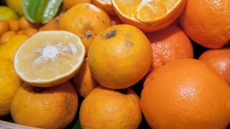 Eine unbekannte Person hat eine Hauswand in Dornstadt mit Orangen beworfen.