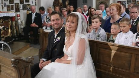 Vor voll besetzten Kirchenbänken haben Steffi und Stephan Finkenzeller in der Wallfahrtskirche Maria Birnbaum den göttlichen Segen für ihre Ehe empfangen.