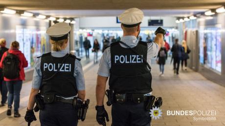 Die Bundespolizei musste am frühen Sonntagmorgen auf dem Pasinger Bahnhof eingreifen. Drei Fahrgäste waren in einen handfesten Streit geraten. Einer erlitt leichte Verletzungen.