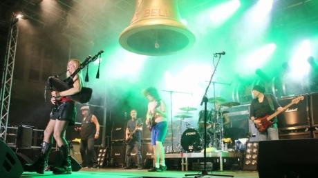 "We salute You gilt als eine der besten AC/DC Tribute Bands. Zum Song ""For those about to Rock"" wurde sie am Samstag von Saskia Konz auf dem Dudelsack begleitet."