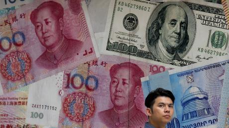 Zum ersten Mal seit elf Jahren hat die chinesische Zentralbank eine rote Linie überschritten: Nach der Währungsabwertung kostete ein Dollar mehr als sieben Yuan.