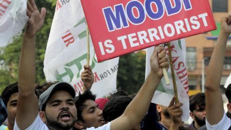 Kritik an Indiens Premierminister: Ein pakistanischer Demonstrant hält bei einer Kundgebung ein Schild in die Höhe.