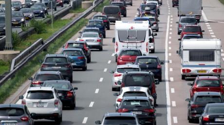 In den nächsten Tagen werden sich viele Urlauber wieder auf den Heimweg machen. Die Autoclubs sagen daher volle Autobahnen voraus. Foto: Sven Hoppe