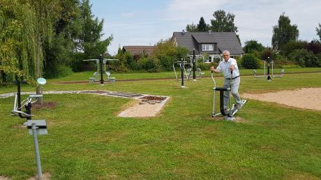 Neuburgs Bürgermeister hat bereits einen Test hinter sich. Die neuen Fitnessgeräte am Kammelstrand sind in Ordnung und werten das Areal als Erholungs- und Fitnesspark auf.