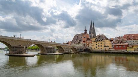 Herz des Welterbes in Regensburg ist Altstadt mit der Steinernen Brücke.