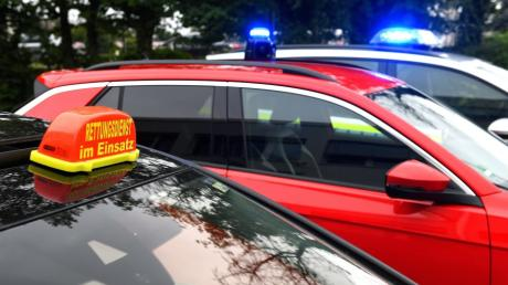 """Nicht jeder, der Menschen aus gefährlichen Situationen rettet, hat auch das Recht, mit Blaulicht und Signalton im Fall des Falles zu fahren. Der Dachaufsetzer """"Rettungsdienst im Einsatz"""" könnte zwar beleuchtet werden. Allerdings wäre das nicht zulässig."""