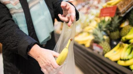 Eine Frau hat versucht, in einem Dasinger Supermarkt Lebensmittel zu stehlen.