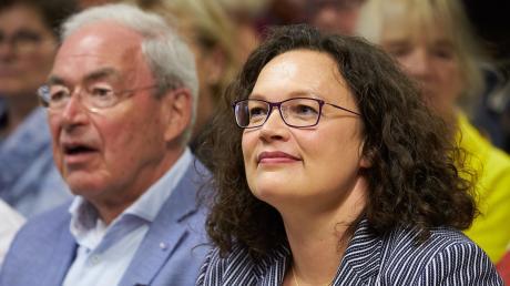Andrea Nahles, ehemalige Vorsitzende der SPD, sitzt vor Beginn ihres Vortrages im Kloster Maria Laach neben dem ehemaligen rheinland-pfälzischen Finanzminister Gernot Mittler (SPD).