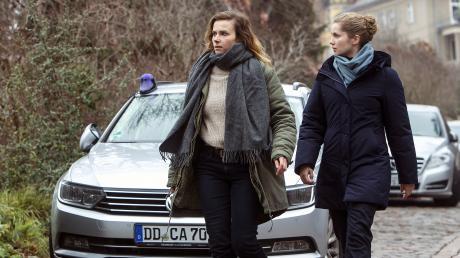 """Karin Gorniak (Karin Hanczewski) und Leonie Winkler (Cornelia Gröschel) haben den entscheidenden Beweis gefunden: Szene aus dem Dresden-Tatort """"Nemesis"""", der heute im Ersten läuft."""