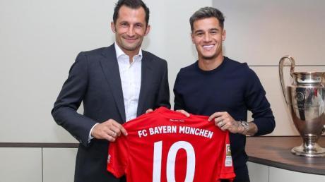 Philippe Coutinho (r) präsentiert mit Bayern-Sportdirektor Hasan Salihamidzic sein neues Trikot.