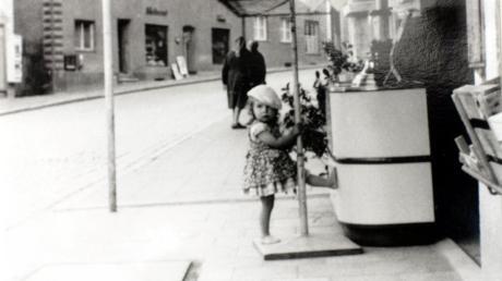 Die damals dreijährige Petra vor der Eisdiele ihrer Oma Anna Schwarz. Später übernahm ihre Mutter Martha Schlickenrieder die Verkaufsstelle.