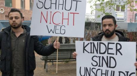 Demonstranten fordern vor dem Auswärtigen Amt in Berlin die Rückführung der Kinder von IS-Kämpfern aus Syrien. Foto: Paul Zinken