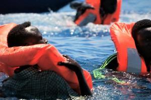 Flüchtlinge schwimmen mit Rettungswesten im Meer, bevor sie vom Rettungsschiff «Ocean Viking» aufgenommen werden. Foto: Hannah Wallace Bowman/MSF/Sos Méditerranée