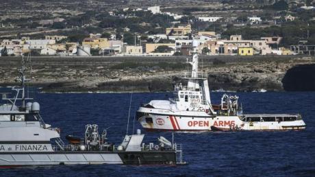 Ein Schiff der italienischen Guardia di Finanza neben dem Rettungsschiff «Open Arms» vor der Küste Lampedusas.