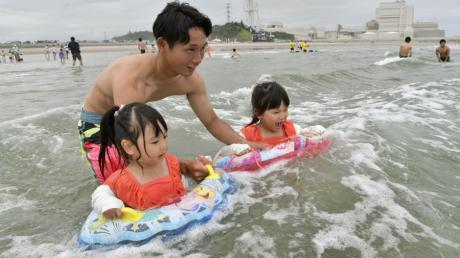 In der Sperrzone von Fukushima wurde im Juli der Strand wieder zum Baden freigegeben. Wo vor acht Jahren Leichen lagen, stürzen sich heute kleine Schwimmerinnen ins Wasser.