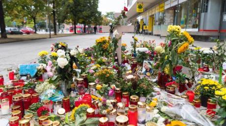 Blumen und Kerzen lagen Tage nach der tödlichen Messerattacke in Gedenken an den getöteten 35-Jährigen in der Chemnitzer Innenstadt.