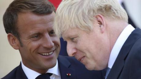 Das war nichts: Frankreichs Präsident Emmanuel Macron (l.) verabschiedet den britischen Premier Boris Johnson, der mit leeren Händen nach Hause reist.