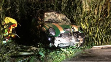 Schwerer Verkehrsunfall bei Langerringen: Zwei Männer haben sich am Freitagabend mit ihrem Mini in einem Maisfeld überschlagen. Der Fahrer wurde schwer verletzt.