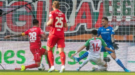Augsburgs Ruben Vargas erzielt in dieser Szene das 1:0 gegen Union Berlin.