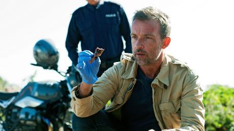 """Adam Raczek (Lucas Gregorowicz) findet einen abgetrennten Finger: Szene aus dem """"Polizeiruf 110: Heimatliebe"""", der heute Abend im Ersten läuft."""