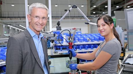 Josef Gropper ist einer der Geschäftsführer von Liebherr-Aerospace. Unser Bild zeigt ihn mit Mitarbeiterin Anna-Katharina Rudhart im Lindenberger Werk.