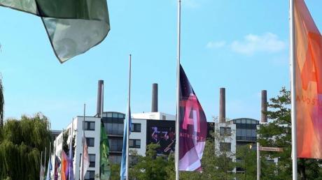 Die Fahnen in der Autostadt Wolfsburg hängen auf Halbmast.