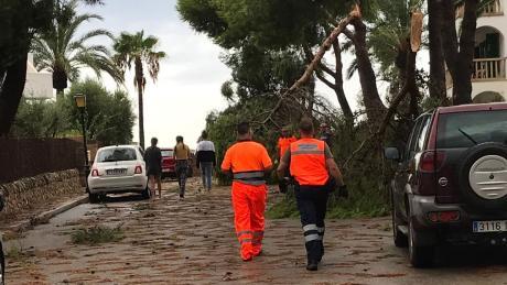 Mallorca ist am Dienstag von einem schweren Unwetter mit Gewitter, Starkregel und Orkanböen heimgesucht worden.