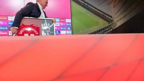 Uli Hoeneß wird sich nach vier Jahrzehnten aus der Führungsspitze des FC Bayern München zurückziehen.